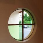 中から見た丸窓。グリーンのアンティークガラスがきれいです。