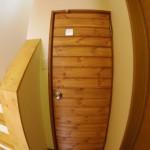 トイレ(古いドアに木を貼りました。)
