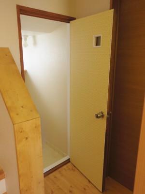 トイレ(古いドアにクロスを貼りました。)
