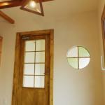 中から見た玄関扉と丸窓。