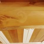 棚の天板は旧店舗の看板を再利用。うっすら名残が見えます。