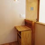 カウンターの端の手造りのレジ台