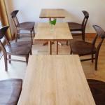 客席のテーブルとイスは手作り家具の工房にオーダーしました。