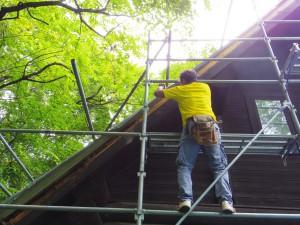 屋根の破風板を取り替えます。