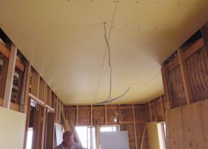 天井に石膏ボードが張られました。