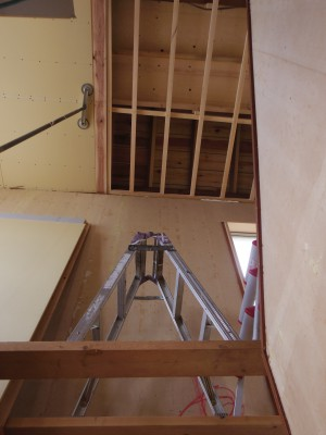 階段上の天井のボード張りは…