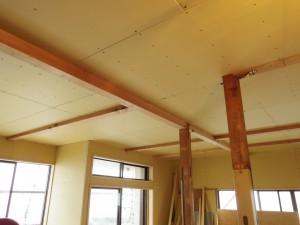キッチンからリビングの天井を見た様子