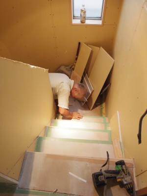 階段の細部にボードを張っています。