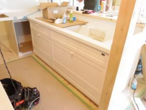 白い木目調のキッチンです♪