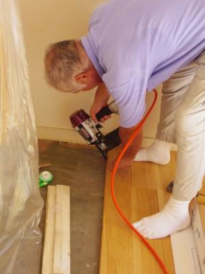 無垢の良い床材なので、いつもよりもさらに慎重に張っていきます。