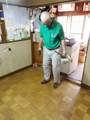 床のいろいろな場所がブカブカになっています。