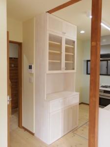 食器棚はきれいな色。