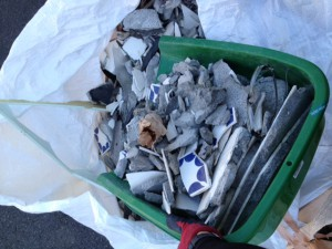 集めたガラゴミは大きなゴミ袋にまとめます。