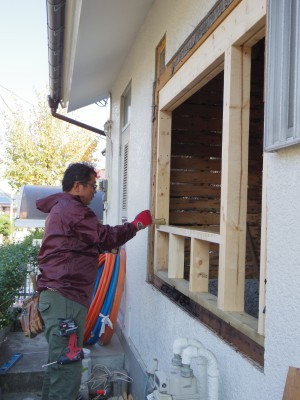 新しい窓枠をつくります。
