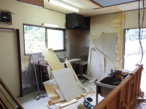 カウンター、食器棚などが無くなり、奥のキッチンが丸見えに。