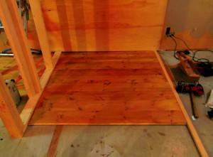 新しい床板なのですが、アンティーク塗装で経年変化したような仕上がりになっています。