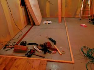 一部床が空いている部分は、異なる床板を張り分けます。