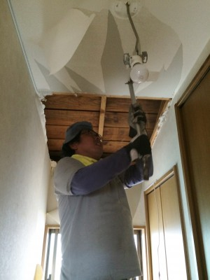 少しでもロフトスペースを大きくしようと、廊下や、押入れの上の天井なども壊します。