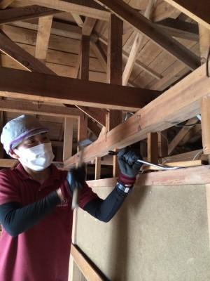 解体後すぐ施工できるよう、小さな釘や、残っている木片などは残さず細かく取っていきます。