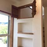 階段側壁の造作棚と飾り窓♪