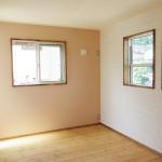 ピンクの壁が可愛い寝室