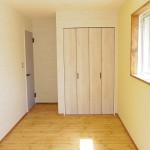 この部屋は壁1面がイエローです♪
