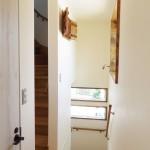 2階廊下から階段を見て