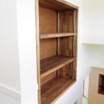 階段途中のデッドスペースを利用して造った収納棚