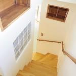 1階から2階へ続く階段