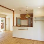 畳スペースからキッチンを見て