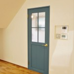 ライトブルーがきれいなリビングドア