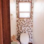 天井側壁は珪藻土仕上げ、背面壁はタイル張り