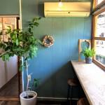 ブルーの壁が素敵なカウンター席。
