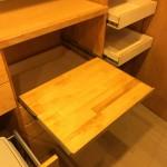 炊飯器などを置くので棚板が引き出せるようになっています。