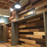 壁は多摩産の杉板を4色に塗装し張り分けました。