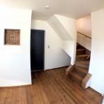 寝室の隅に階段があります。