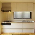 白い木目がきれいな新しいキッチン