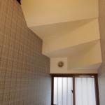 壁紙は天井と壁を張り分けて圧迫感を無くしました。