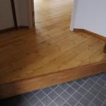 玄関。リビングから無垢の床が続きます。