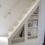 階段の脇のスペースを利用して飾り棚を設置しました。