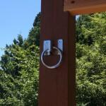 柱にハンモック用金具を設置。