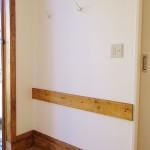 玄関横の壁 お子さんが手をつくラインに汚れ防止で板を張りました。
