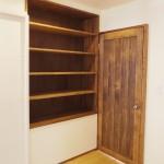 リビングの壁面収納とリビングドア