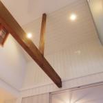 天井にも木を施工しています。