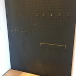 入って右側は壁面に有効ボードを設置しました。