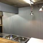壁にガルバリウム鋼板を施工